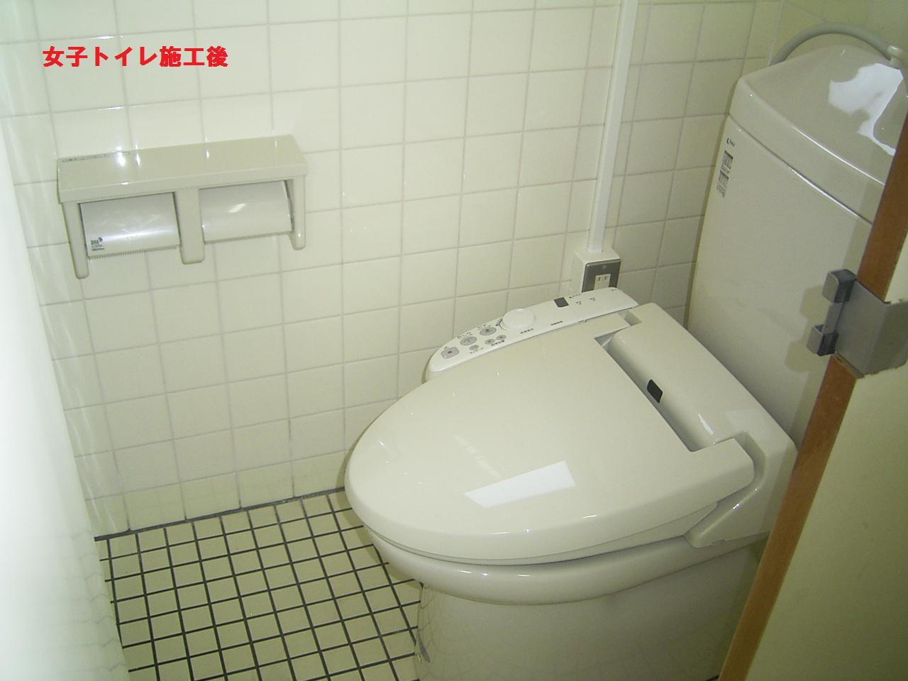 9101619acb837 今回は和式トイレ⇒洋式トイレの交換工事を行いました男子トイレと女子トイレの両方を施工男子トイレは和式便器と床の間には、立って小便をするため段差があります女子  ...